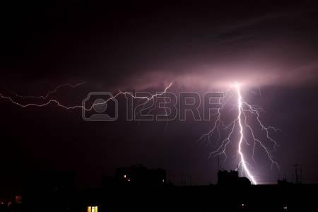 14478086-fulmine-a-temporale-notturno-cielo-nuvoloso-fondo